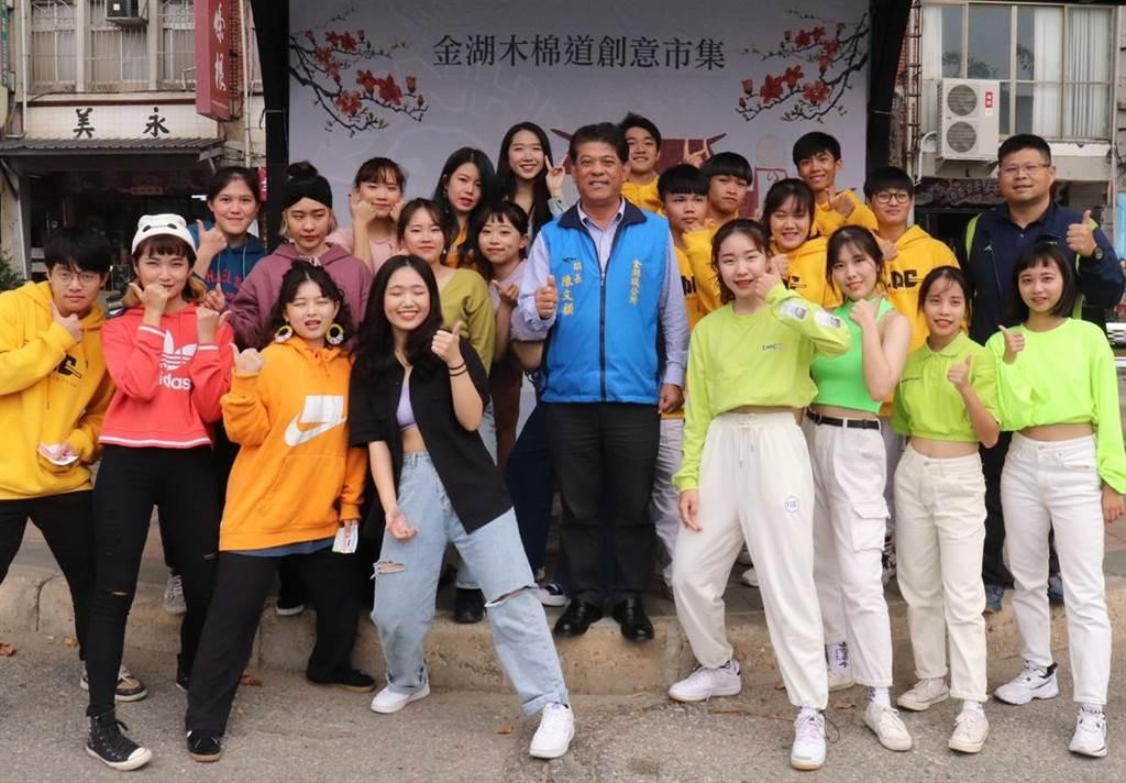 金湖鎮長陳文顧與青年學子開心合影,一起放送健康活力。(金湖鎮公所提供)
