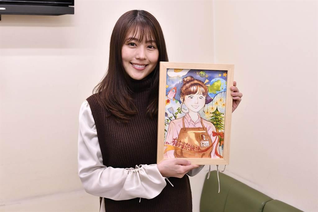 有村架純開心收到台灣粉絲的禮物。(WAKUWAKU JAPAN提供)