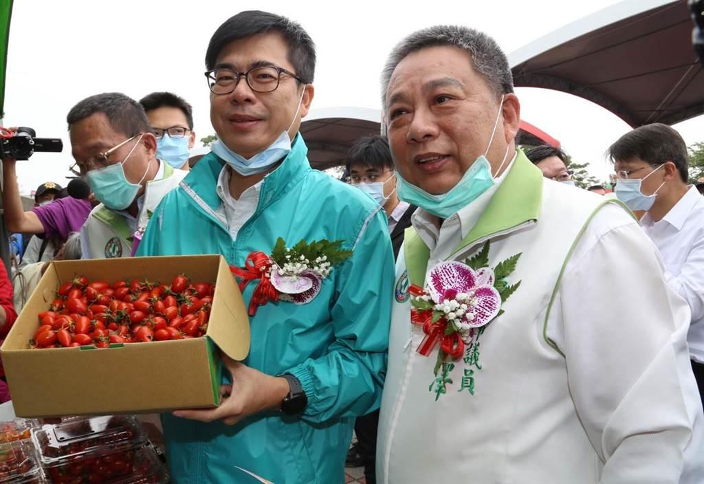 高雄市長陳其邁向民眾推薦路竹區小番茄,說是全台灣最好吃的小番茄。(林雅惠攝)