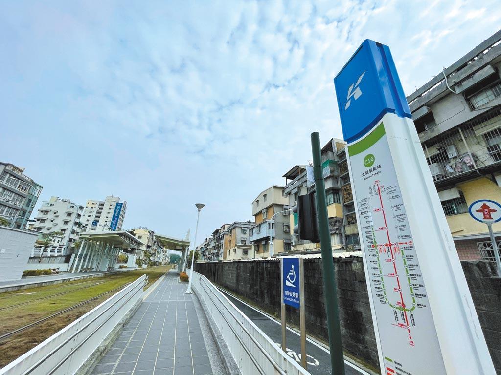 高雄輕軌捷運C16文武聖殿站以及其它站體,為鹽埕區提供便利交通。圖/顏瑞田