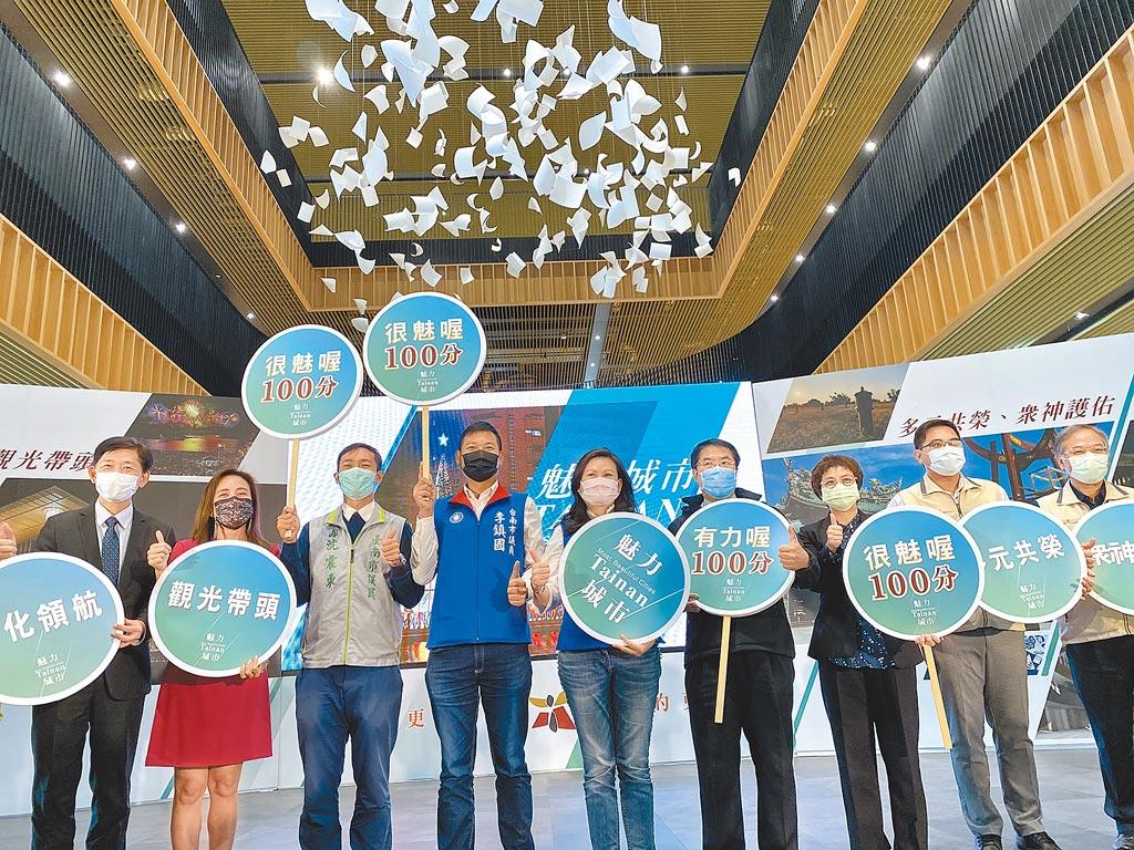 台南市長黃偉哲(右四)11日在台南市立圖書館新總館舉行「魅力城市-2020年終聯合成果發表會」,包括文化、觀旅、民政、原民等局處發表成果。(曹婷婷攝)