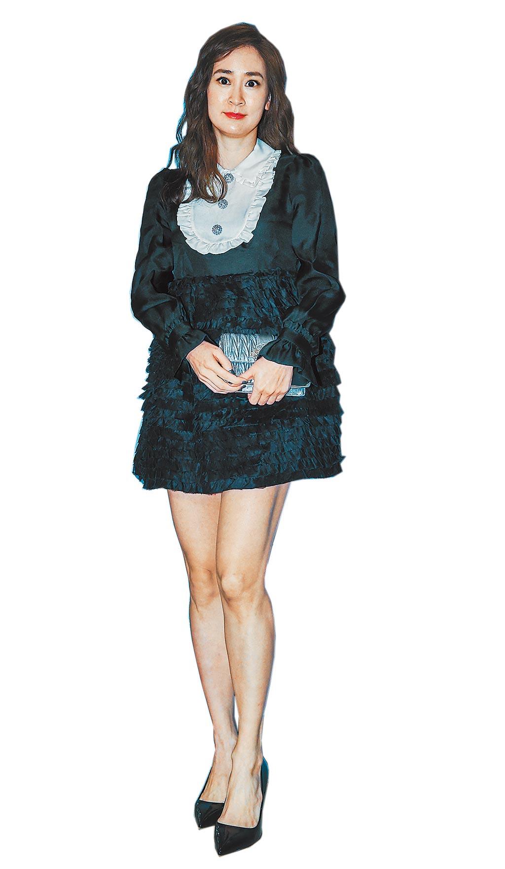 李晶晶身著Miu Miu 2021早春系列服裝,荷葉領絲綢洋裝13萬7500元、水晶綴飾皮革肩背包4萬8000元、水晶綴飾高跟鞋價格店洽。(粘耿豪攝)