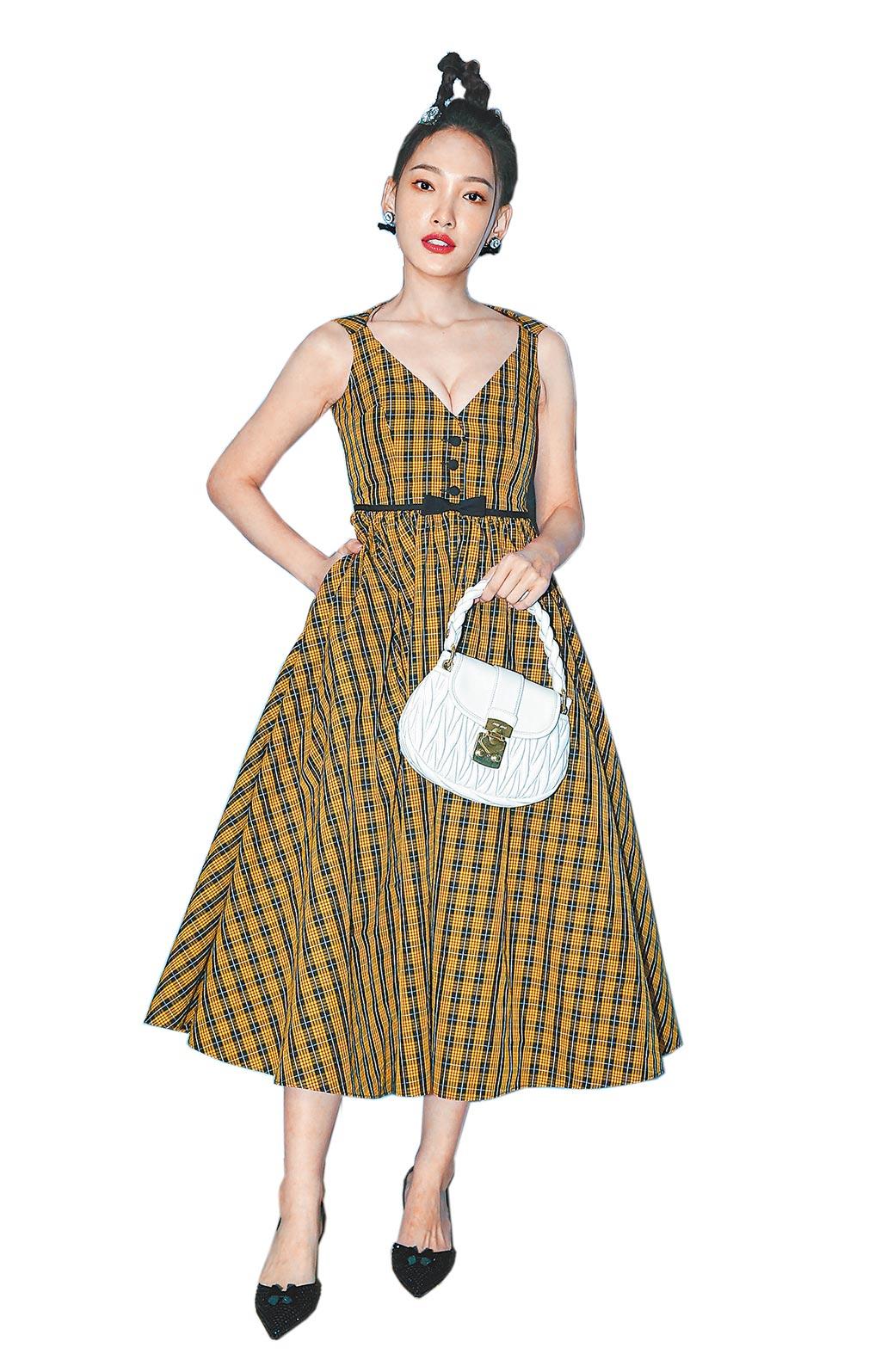 林映唯身穿Miu Miu 2021早春系列格紋洋裝11萬元、白色手提肩背包5萬3000元、珠飾髮箍4萬6500元、水晶綴飾高跟鞋3萬6500元。(粘耿豪攝)