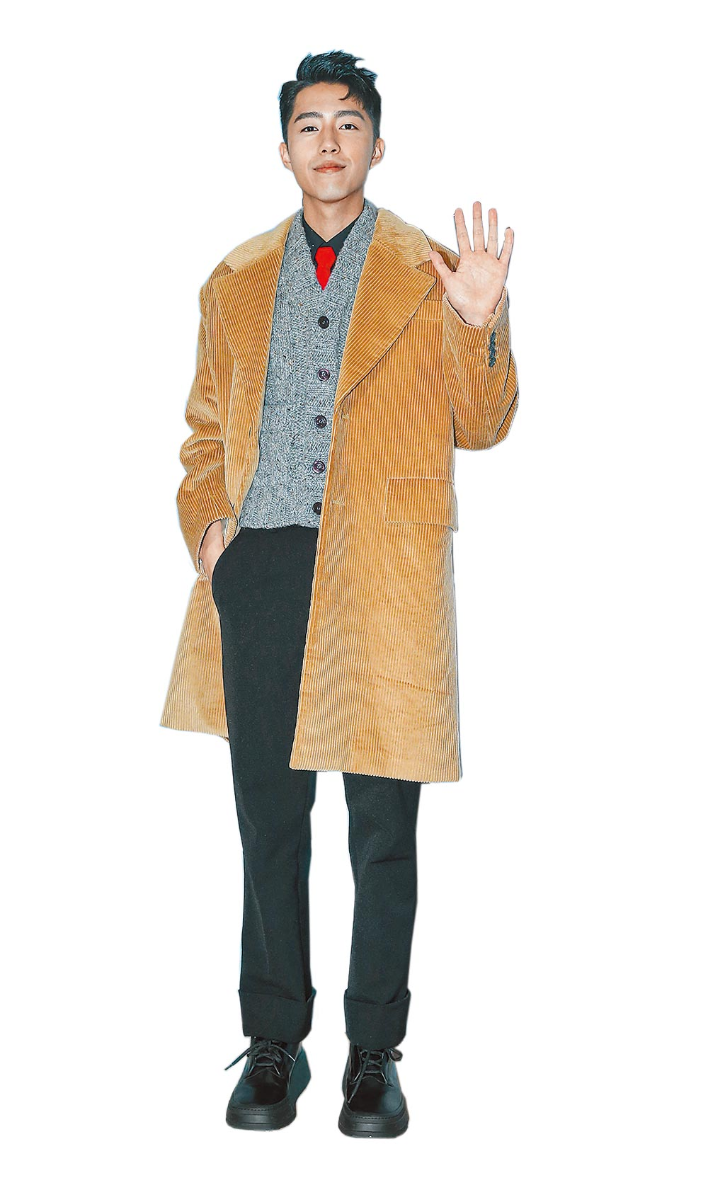 蔡凡熙身著Prada登場,駝色長版大衣10萬5000元、無袖針織毛衣4萬1500元、黑色襯衫2萬6000元、黑色長褲3萬7500元、黑色皮鞋3萬500元、紅色領帶7200元。(粘耿豪攝)