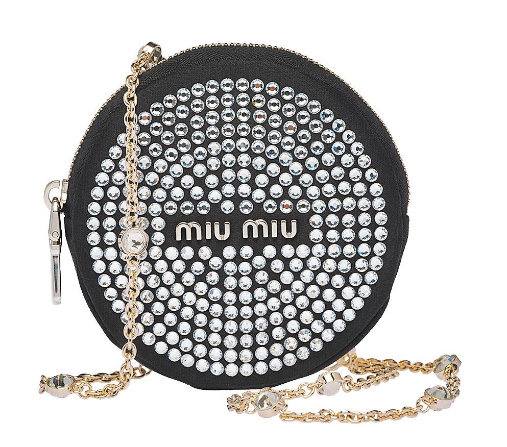 Miu Miu水晶綴飾圓形肩背包,1萬9000元。(Miu Miu提供)