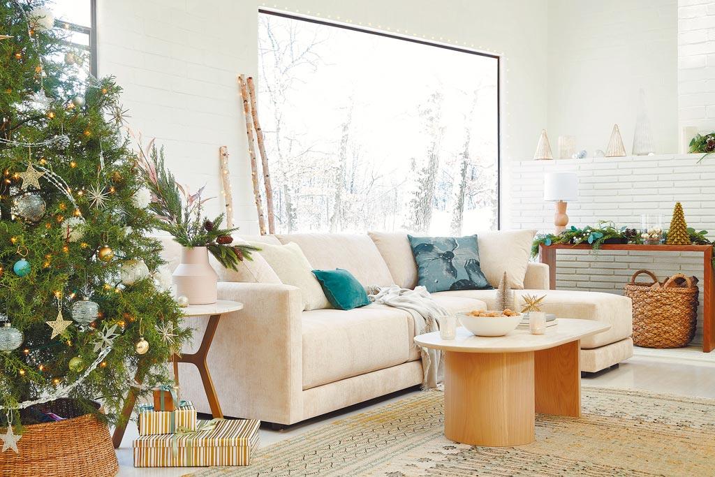 北歐耶誕以柔和的白與清新的鼠尾草綠為基礎色調,閃爍的燭火或燈光點綴其中,為節慶時光迎來輕鬆愉悅的溫暖氛圍。(Crate and Barrel提供)
