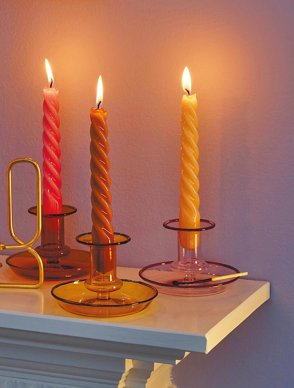 Hay的Flare玻璃燭台,以口吹玻璃製成,擁有多種色彩,下緣以迷你托盤的方式設計,方便拿取兼具置物功能。(Hay提供)