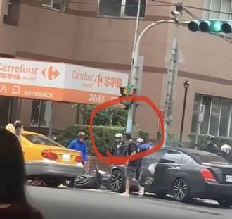 逃逸畫面曝光 三重連環車禍肇事駕駛「若無其事」開車門落跑
