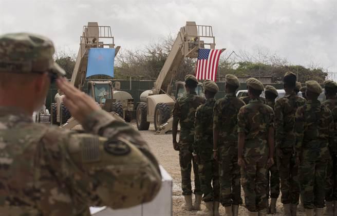撤出索马利亚的美军可能转往吉布地或肯亚,留在索马利亚的美军则承担顾问与协训的任务。图为索国陆军接受美军训练。(图/DVIDS)