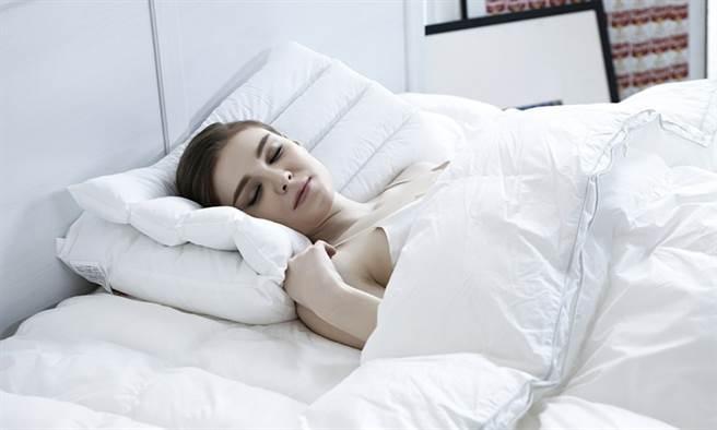 营造温度较低的睡眠环境,降低核心体温,能让睡眠比较安稳、不容易中断。(示意图/Pixabay)