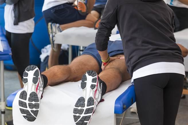 不少人認為,健身後的伸展及放鬆不可少。(示意圖/達志影像)