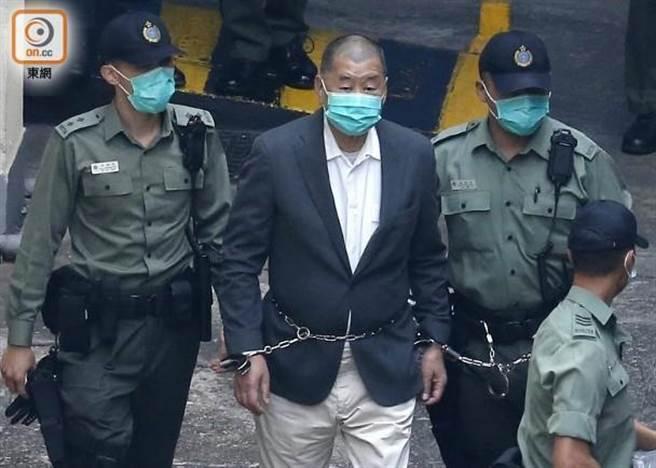 香港壹傳媒集團創辦人黎智英因被控違反香港盜竊條例中的詐欺罪遭到收押。昨(11)日再被控違反《港區國安法》中的「勾結外國或者境外勢力危害國家安全」罪,成為香港被控此罪首例。(圖/翻攝自東網)