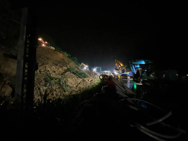 猴硐走山漏夜赶工!2名维修人员驾车抢修 大雨中倒退不慎猛撞止衝檔 弹飞车外,图为现场摸黑赶工。(吴康玮摄)