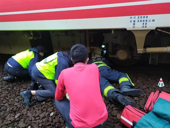 救难人员将卡在列车下的妇人救出后紧急送医救治。(宜兰县政府消防局提供/ 胡健森宜兰传真)
