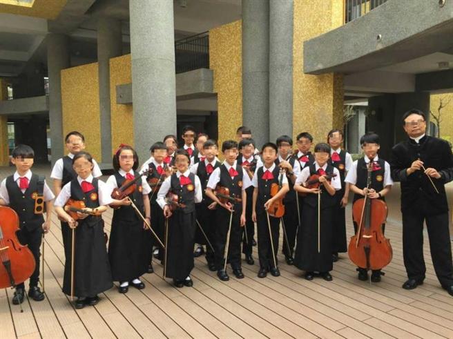 盧老師在台也教授音樂,圖為他與學生們合影,但他覺得台灣的教師動輒長期請假,並不珍惜這份教職工作。