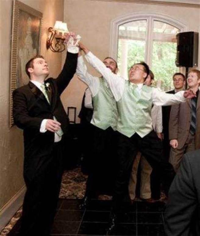 個性活潑爽朗的盧老師在美國當朋友婚禮伴郎時,還俏皮的搶新娘腿上的蕾絲襪。(圖/盧老師提供)