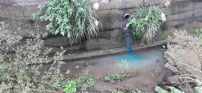 稽查人員透過示蹤劑比對流向確認廢水來源。(新北市環保局提供/葉德正新北傳真)