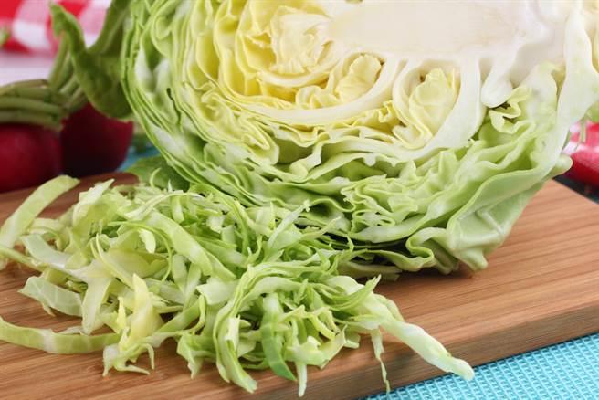 炒高麗菜看似簡單,其實要做的色香味俱全還真不容易,一名美食部落客分享祕訣,讓成品可以又香又脆。(示意圖/Shutterstock)