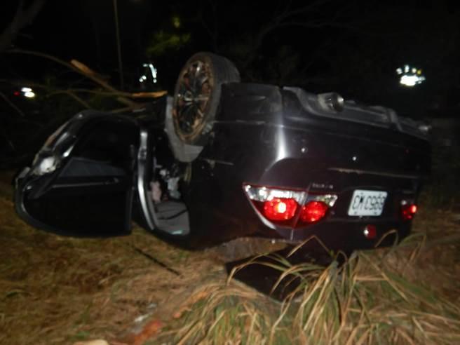 黃姓男子駕車疑似操作不當,撞擊路邊行道樹受創。(民眾提供)