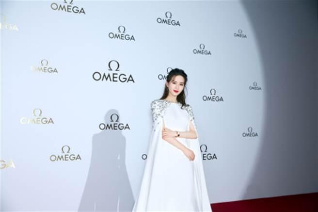 劉詩詩身著一襲Jenny Packham 2021春夏婚紗系列的星鑽長裙現身公開活動。(圖/摘自微博@诗诗的小板报 )