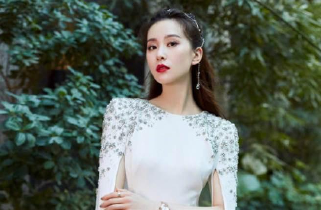 劉詩詩是大陸演藝圈內人氣頗高的氣質女星,她以代表作《仙劍奇俠傳三》、《步步驚心》等劇晉升古裝女神。(圖/摘自微博@娱乐有饭)