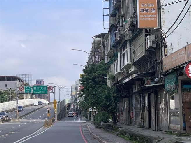 高姓男子獨居在板橋縣民大道三段某公寓頂樓加蓋。(王揚傑攝)