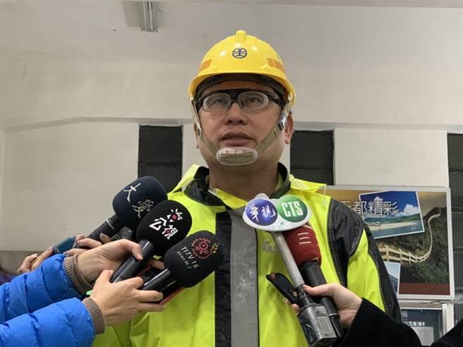 宜兰工务段长李建勋12日指出,抢通日程保持13日,但通车还要视安全评估而定。(吴康玮摄)
