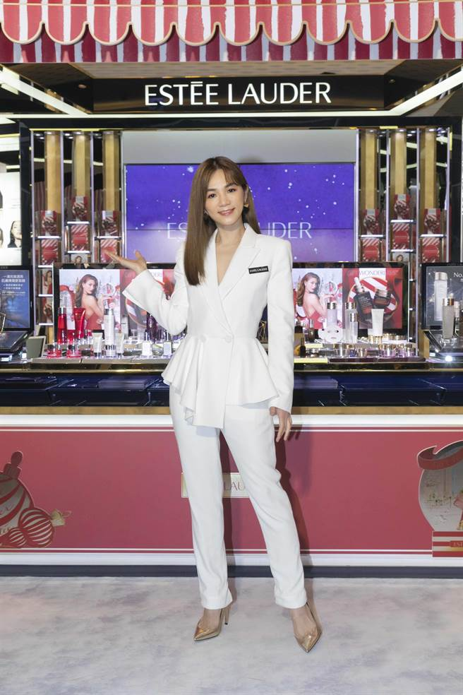 雅诗兰黛梦幻圣诞市集品牌保养大使ELLA陈嘉桦。(雅诗兰黛提供)