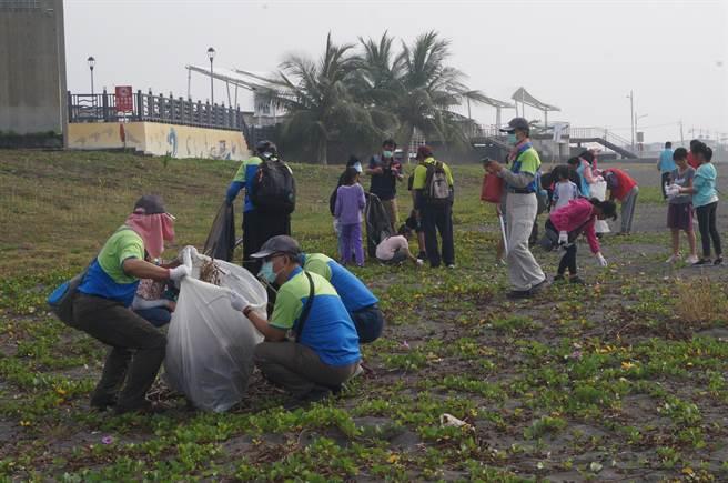 高市揪千人净滩清逾千公斤垃圾。(柯宗纬翻摄)