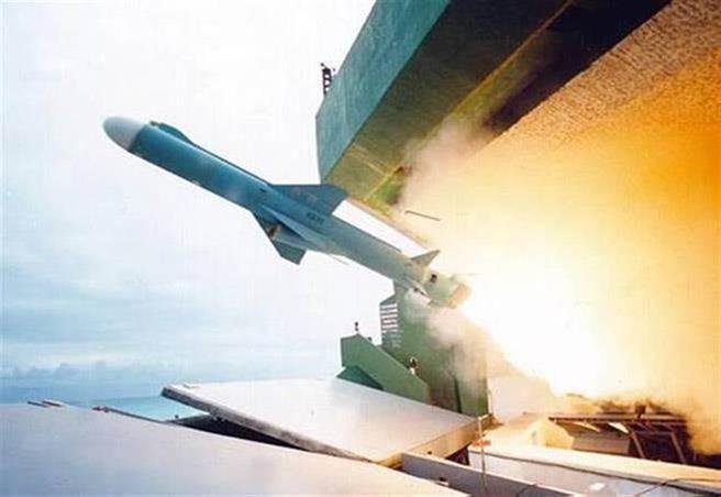 台灣自製研發的雄二E型飛彈,射程超過800公里,是軍方最高機密。圖為雄風二型反艦飛彈。(取自國家中山科學研究院)
