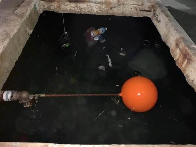 東區某公寓大樓蓄水池3月遭發現丟棄大量廢棄物,引起住戶下吐下瀉送醫。(擷自網路/程炳璋台南報導)