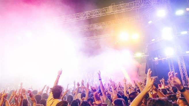 日本一名男子上網留言謊稱自己染疫,再前往偶像團體開唱的展演空間鬧場,東京檢方昨天做出不起訴處分。(示意圖/shutterstock)