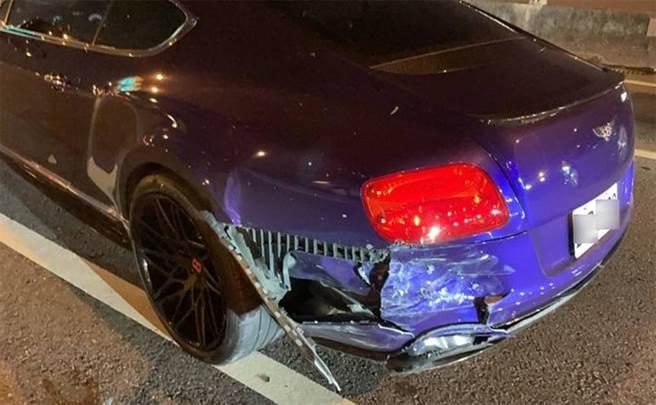 賓利豪車左後方嚴重損毀,全車的維修費可能超過上百萬元。(警方提供)