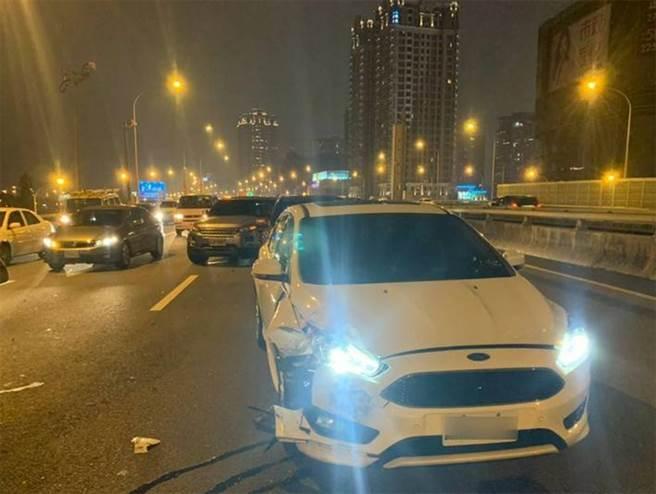 從後追撞賓利的白色福特汽車,右前方亦嚴重損壞。(警方提供)