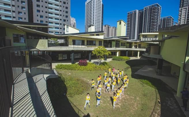 台湾建筑届最高荣誉「2020台湾建筑奖」12日颁奖,新竹市政府以「关埔国小」夺下首奖。(陈育贤摄)