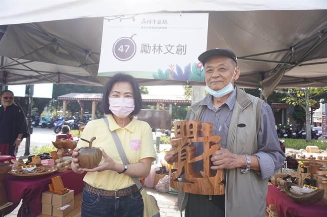 森林木創市集邀請木創業者展售木藝作品。(王文吉攝)