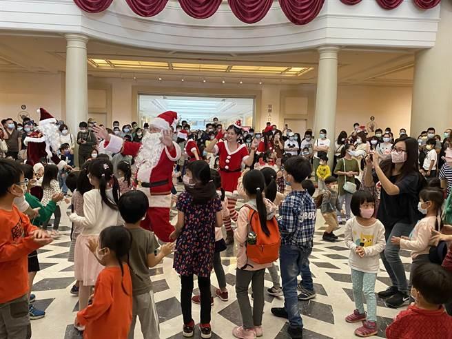 耶诞老人带领小朋友跳舞。(曹婷婷摄)