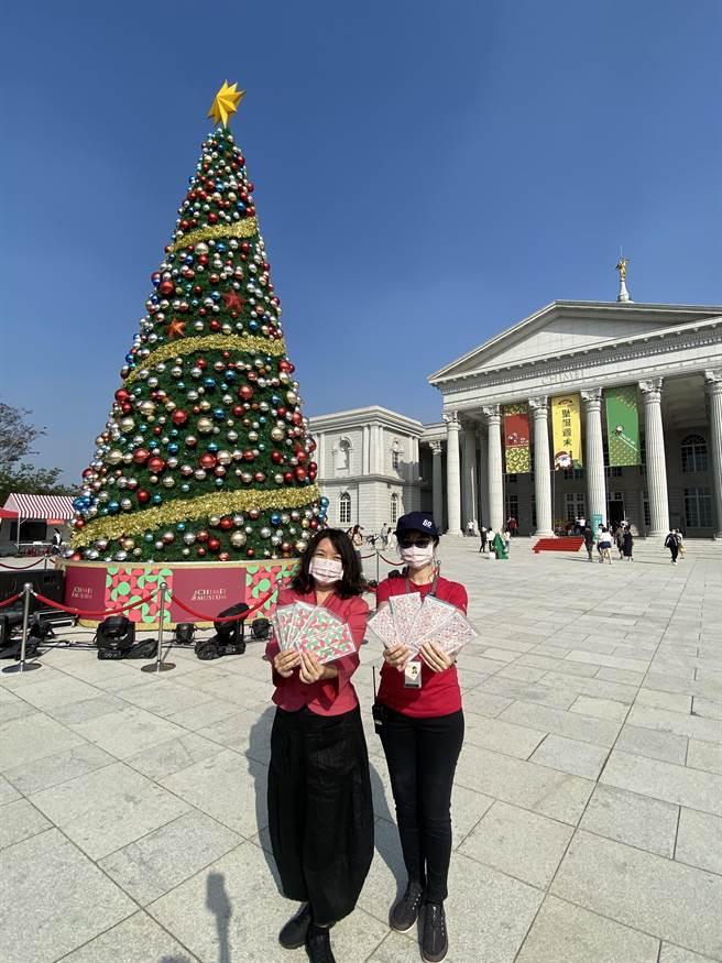 馆方特制2款耶诞口罩,独家限量推出,成为询问度最高的实用耶诞礼。(曹婷婷设)