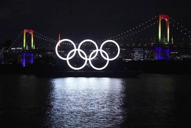 目前的東京奧運如同寒冬中的夜晚,顯得孤寂與飄搖,如今有超過八成日本民眾認為東京奧運應該取消或是延期。(美聯社資料照)
