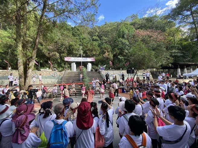 「台灣之心 勇士之魂 埔里山城原住民產業文化祭」12日在埔里鎮地理中心碑展開,開場熱鬧的原住民舞蹈表演,吸引遊客圍觀。(黃立杰攝)