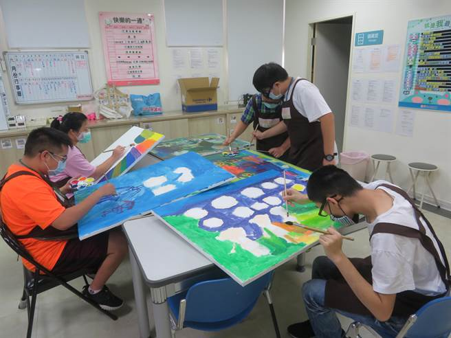 藉由繪畫課程,土城小作所學員除了可訓練手部動作,也可達到藝術治療目的,更可從中找到自己興趣,變得更加自立。(圖由唐氏症基金會提供)