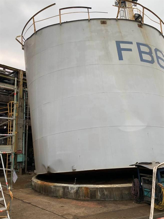 台灣中油公司桃園煉油廠12日傍晚煤組工廠內的1個酸水槽發生自燃意外,水槽頂蓋噴飛。(翻攝照片/賴佑維桃園傳真)