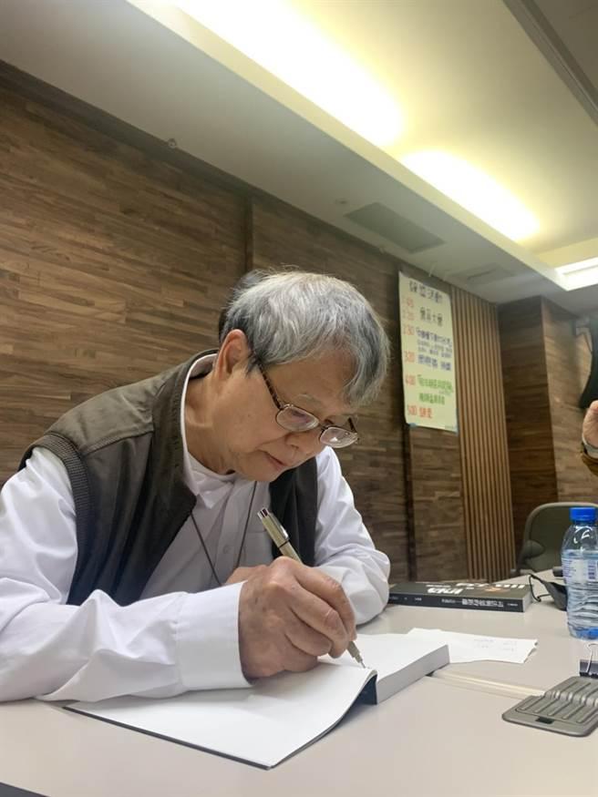 前监察委员陈师孟出书自曝请辞内幕。(杨孟立摄)
