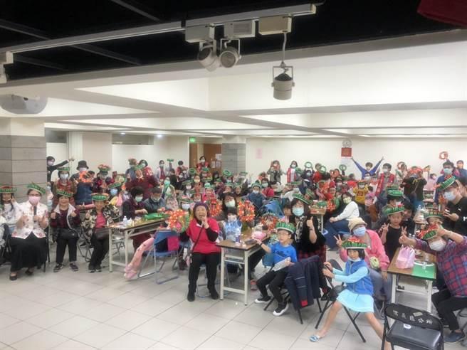 立法委員費鴻泰昨天上午在黎忠區民活動中心邀請信義區內的社區小學生及家長、社區志工媽媽,共同DIY製作「創意聖誕花環」。(立委費鴻泰提供)