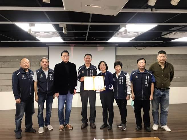 立委費鴻泰(左3)與團隊發表「信義30 GO GO GO! - 101點亮快閃」影片,信義區長游竹萍也頒發感謝狀給參與單位及9所小學。(立委費鴻泰提供)