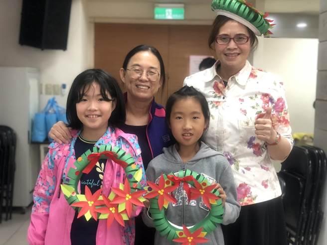 立委費鴻泰夫人、台北大學教授王怡心(右)也參加「創意聖誕花環」DIY製作。(立委費鴻泰提供)