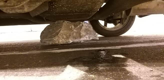 石塊卡在車輛底盤。(新城警分局提供/王志偉花蓮傳真)