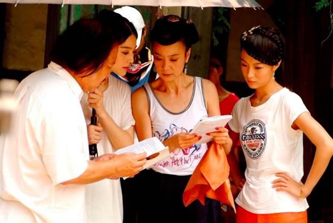 資深女演員劉雪華(左三)被她的古典美留下深刻印象,後來更推薦她(范冰冰,左二)進入《還珠格格》劇組,成為她改變命運的轉捩點。(圖/ 摘自微博)