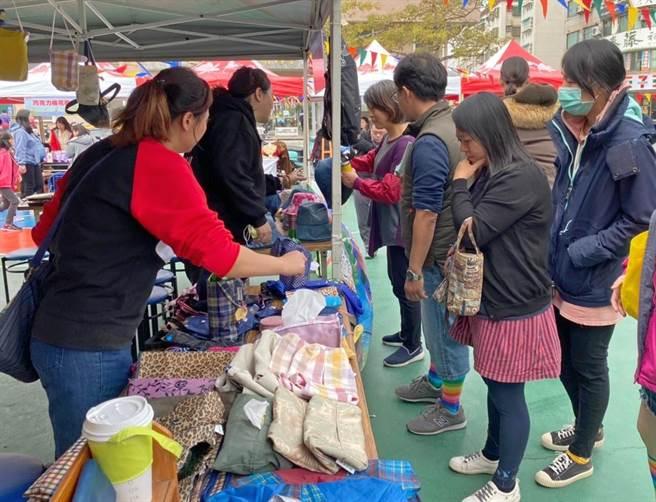 金湖镇创意市集迎来游客人潮,木棉道广场好热闹。(金湖镇公所提供)