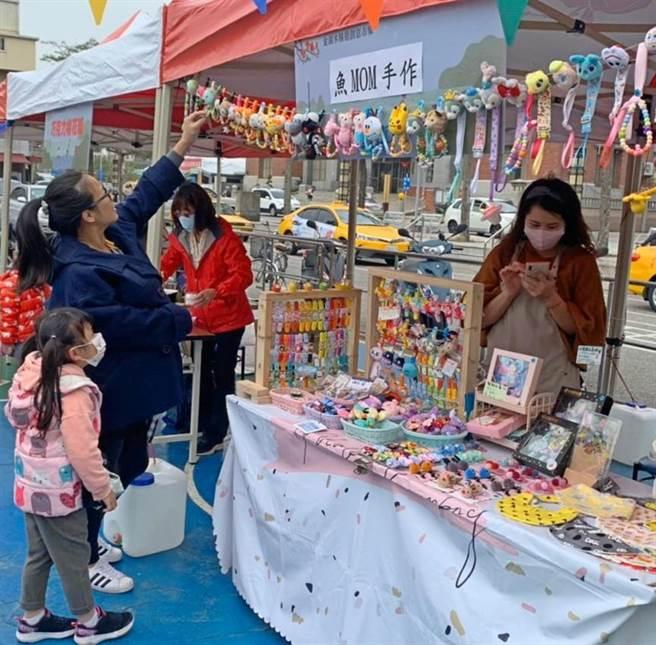 琳琅满目的创意小物,吸引家长和小朋友亲子逛市集。(金湖镇公所提供)